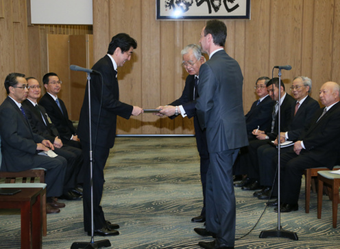 Prime Minister Abe receives the BRT's 2014 Recommendations from Hiromasa Yonekura and Fabrice Brégier, the BRT co-Chairmen