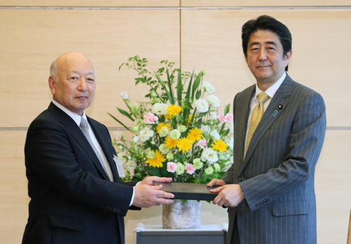 BRT co-Chairman Kazuo Tsukuda and PM Abe (18/05/2015)
